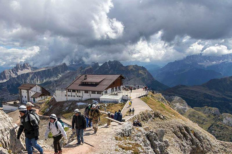 wp-content/uploads/itineraries/Dolomites/rifugio-lagazuoi-outside-1.jpg